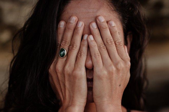 Женщина закрыла лицо ладонями
