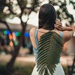 Девушка чешет спину большим листом