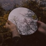 Круглое зеркало в руках