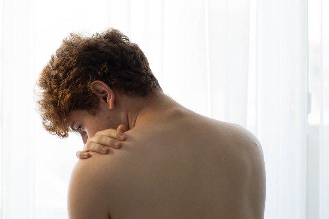 Рука на левом плече
