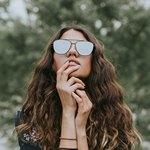 У девушки в очках зачесалась губа
