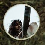 Отражение длинноволосой девушки