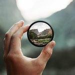 Зеркальце между указательным и большим пальцами