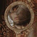 Отражение женщины с вуалью