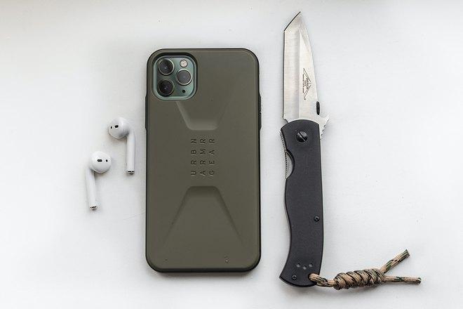 Нож, телефон и наушники
