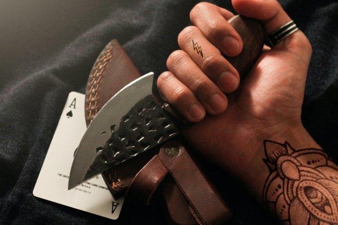 Нож и игральная карта