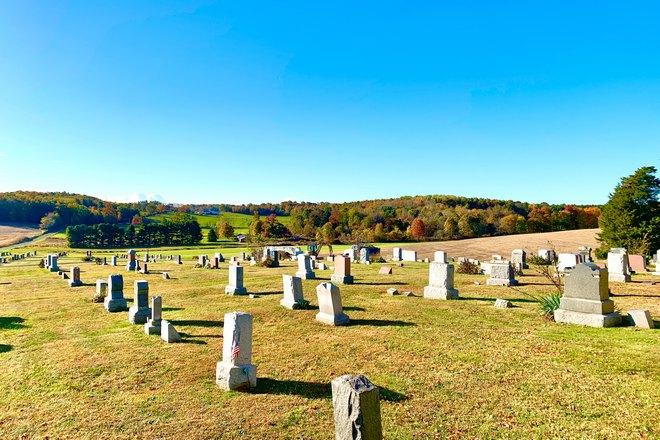 Кладбище в солнечный день