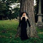 Женщина в шляпе на кладбище