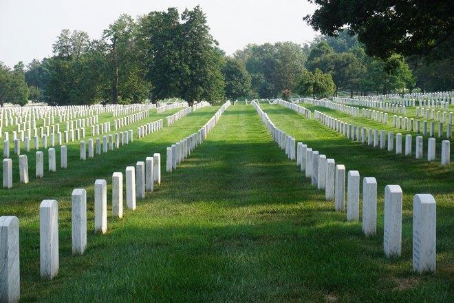 Длинные ряды белых памятников