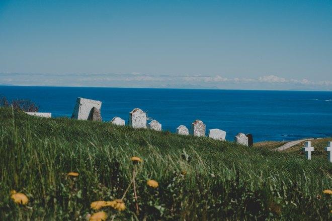 Кладбище возле водоема