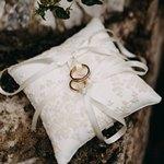 Обручальные кольца с ленточками на подушечке