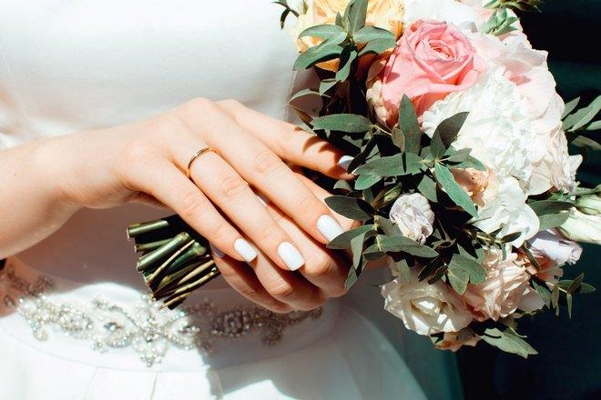 Невеста с обручальным кольцом и букетом