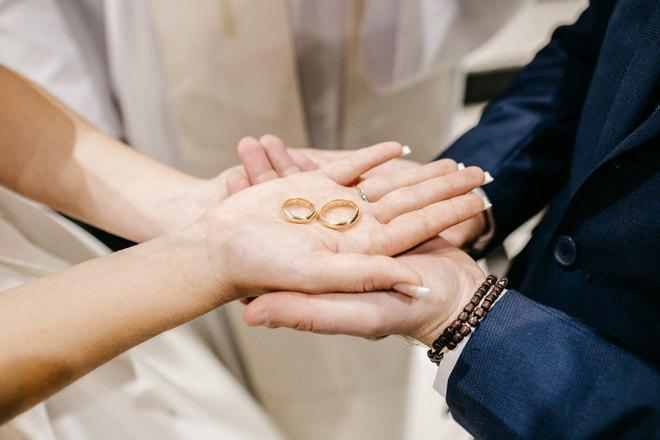 Обручальные кольца на ладони