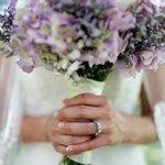 Невеста с обручальным кольцом держит букет