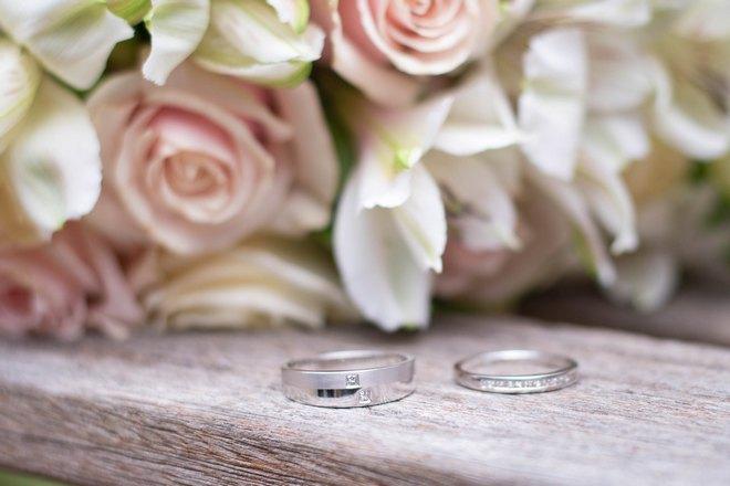 Свадебные кольца и розы