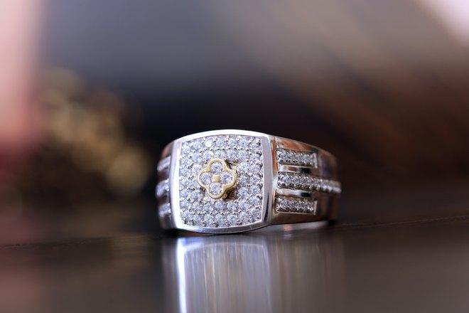 Крупное обручальное кольцо
