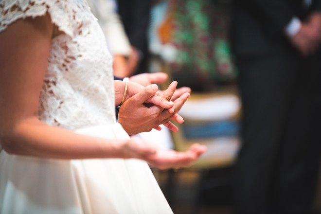 Невеста держит кого-то за руку