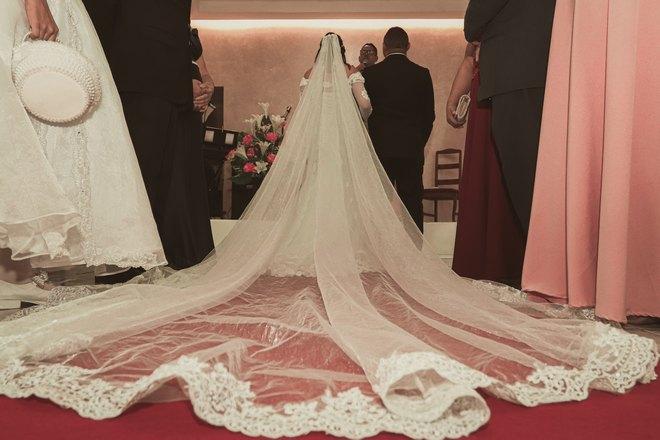Молодожены венчаются
