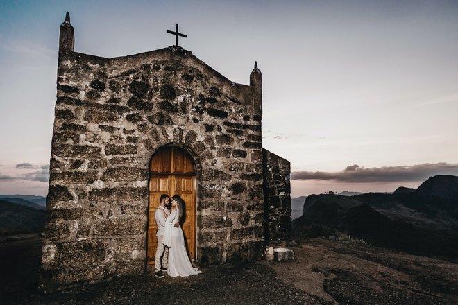 Жених и невеста возле храма