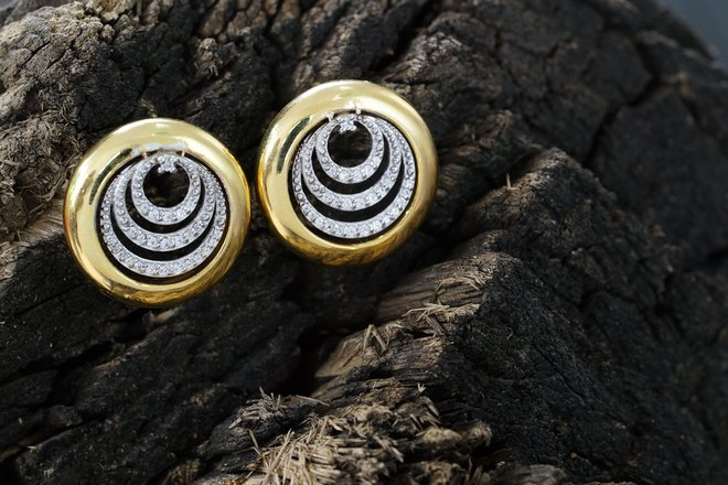 2 сережки нашлись на камнях