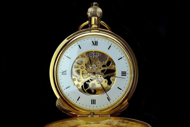 Золотистые карманные часы