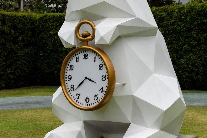 Часы на скульптуре