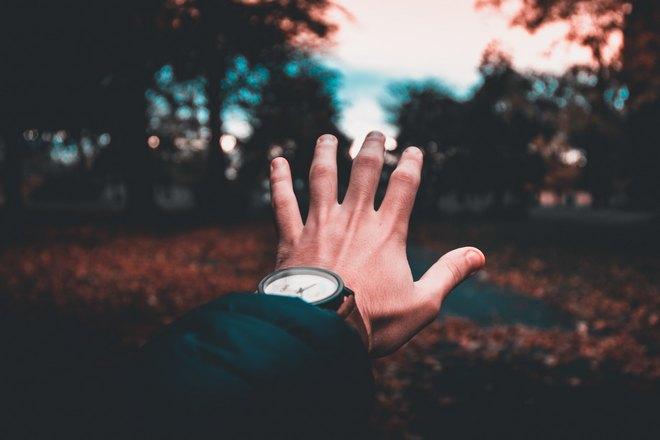 рука с часами на закате