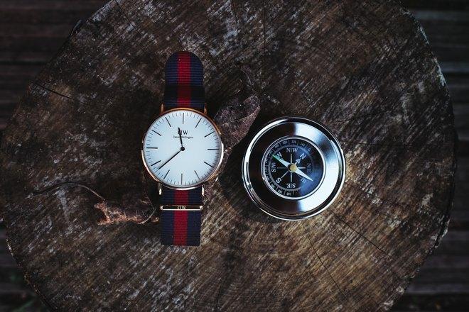 Наручные часы и компас