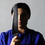 Девушка в синем с ножом