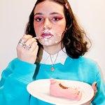 Девушка ест десерт