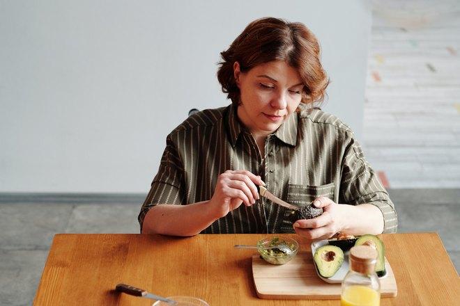 Женщина выковыривает косточки ножом