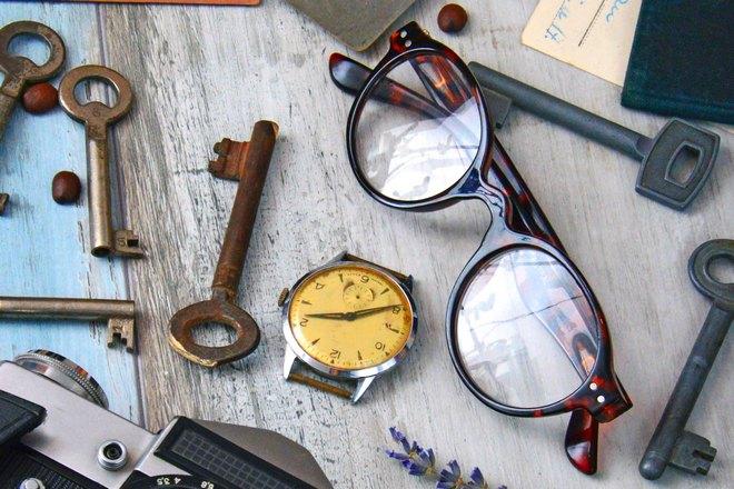 Ключи, часы и очки на столе