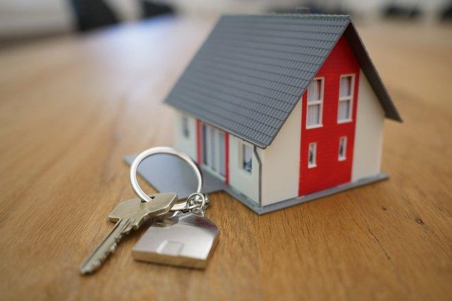 Ключи возле домика