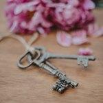 Ключи возле цветов