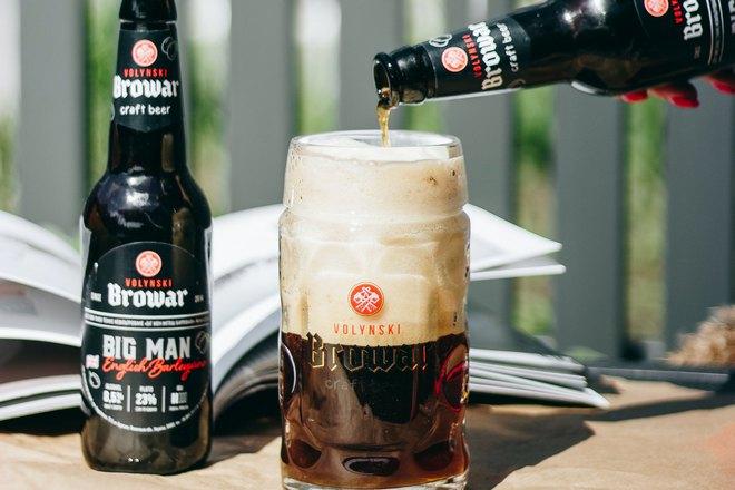 Пиво наливают в бокал