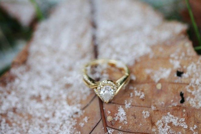 Кольцо на заснеженном листочке