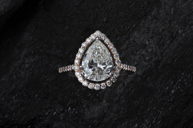 Кольцо с каплевидным камнем