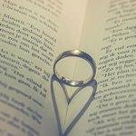 Кольцо на развернутой книге