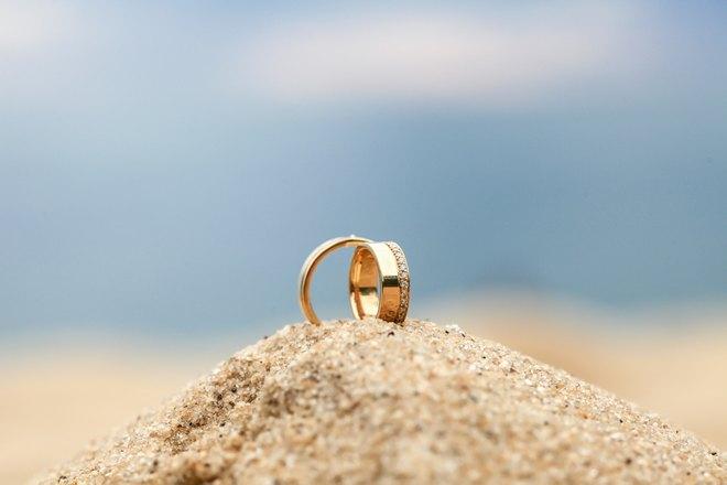 Золотые кольца на песке