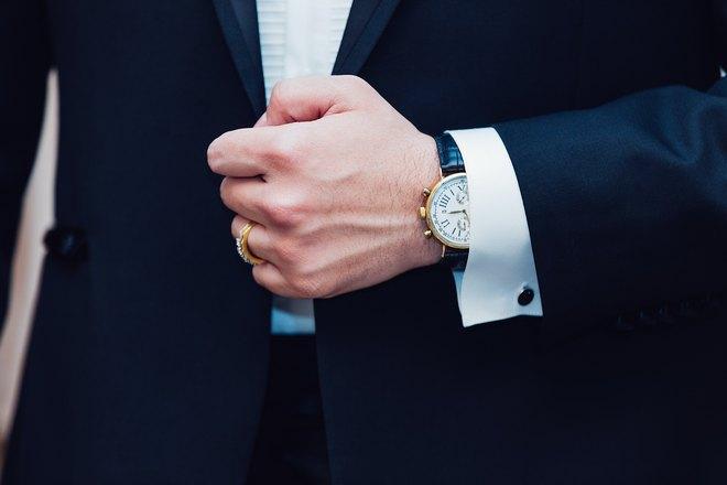 Кольцо и часы на руке