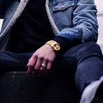 Часы и кольцо на левой руке