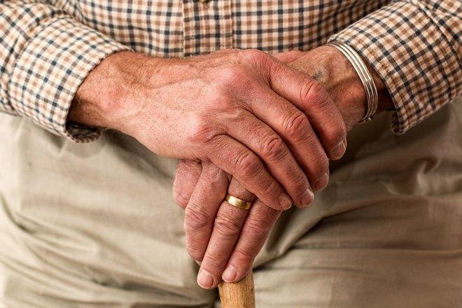 Правая рука на левой руке с кольцом
