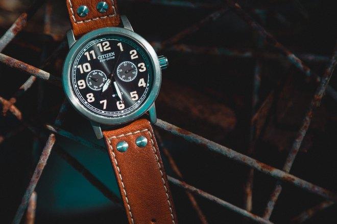 Часы с коричневым ремешком