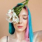 Глаз у девушки закрыт цветами
