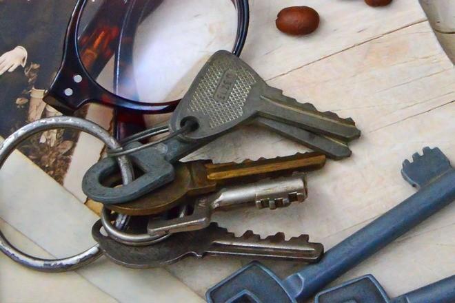 Ключи возле очков