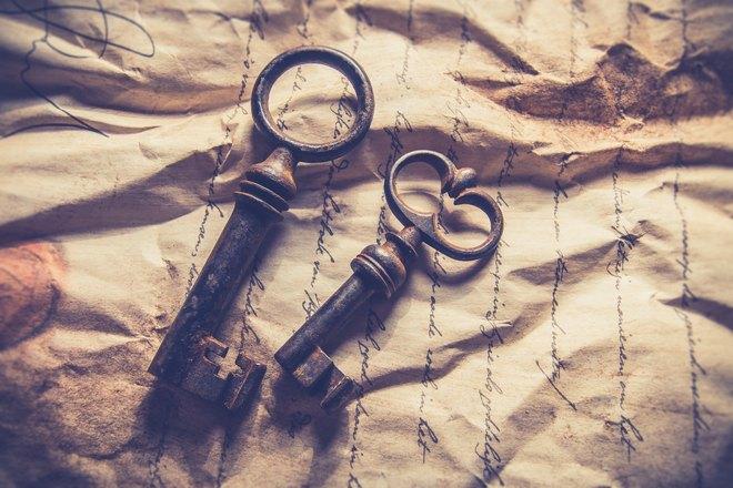 Два старинных ключа