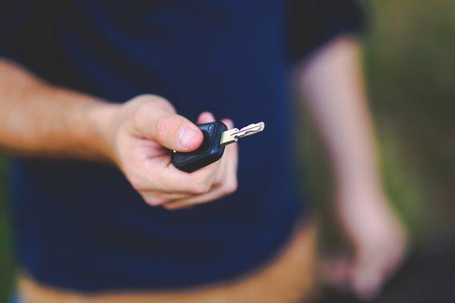 Ключ от машины в правой руке