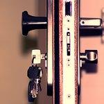 Открытая дверь с ключами