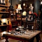 Множество разных предметов в комнате