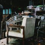 Старое кресло и другие предметы интерьера